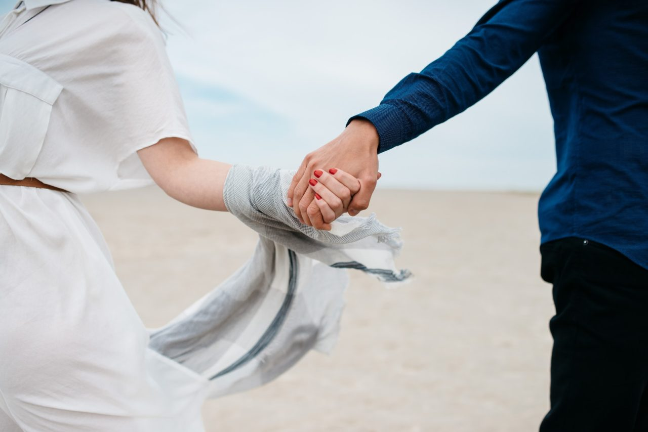 手をつなぐ男女の画像